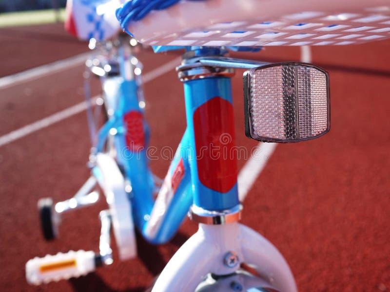 La bicyclette des enfants avec trois roues, de petites roues peut être enlevée photos stock