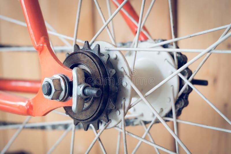 La bicyclette fixe de vitesse garée avec le mur en bois, se ferment vers le haut de l'image photos stock