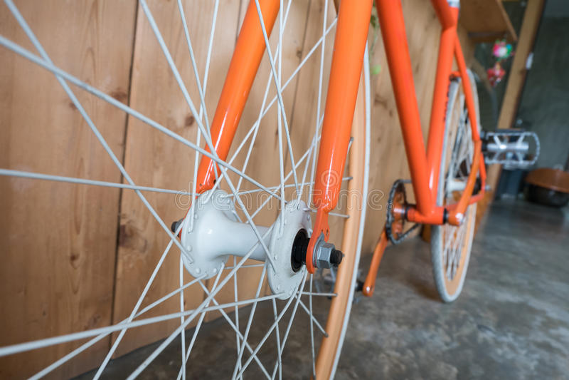 La bicyclette fixe de vitesse garée avec le mur en bois, se ferment vers le haut de l'image photos libres de droits