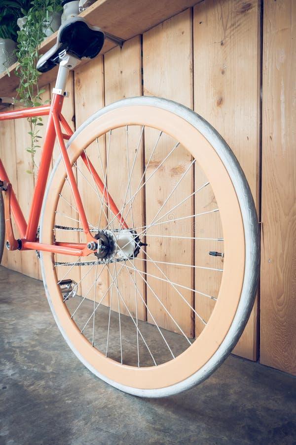 La bicyclette fixe de vitesse garée avec le mur en bois, se ferment vers le haut de l'image photographie stock libre de droits