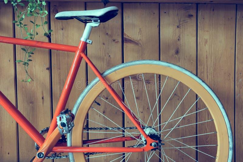 La bicyclette fixe de vitesse garée avec le mur en bois, se ferment vers le haut de l'image image libre de droits