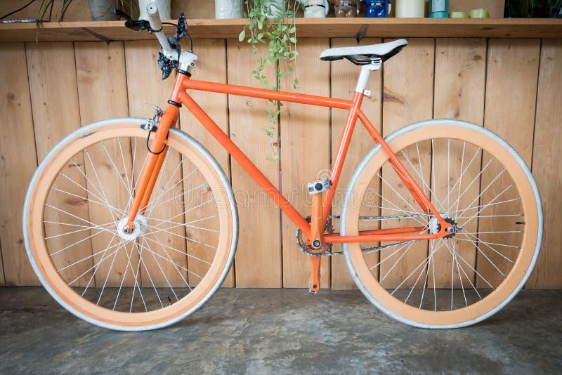 La bicyclette fixe de vitesse garée avec le mur en bois, se ferment vers le haut de l'image images libres de droits