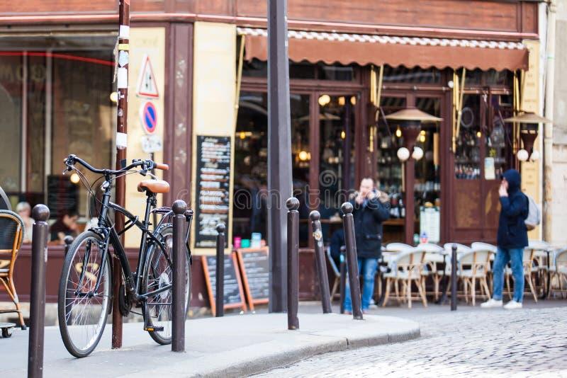 La bicyclette s'est garée à un coin sur le voisinage célèbre de Montmartre photo libre de droits