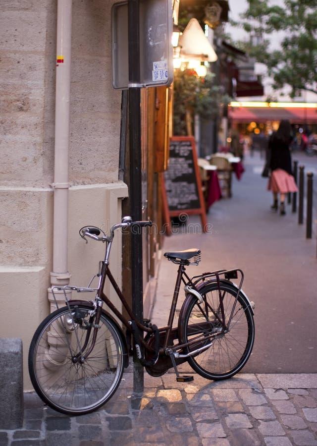 La bicyclette a verrouillé à un poteau indicateur photos libres de droits