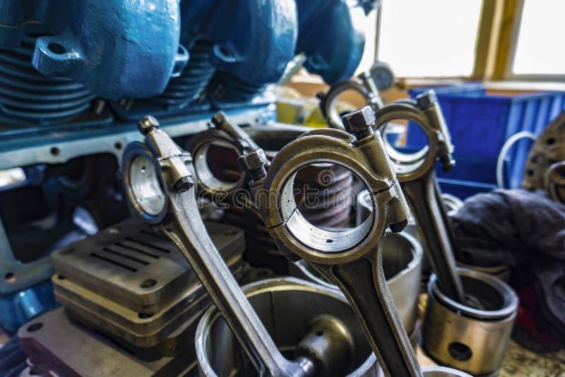 La biela, el pistón y el bloque de cilindros en estado desmontado en un taller de automóviles imágenes de archivo libres de regalías