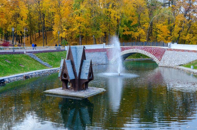 La Bielorussia, Homiel', stagno del cigno nel parco di autunno immagini stock