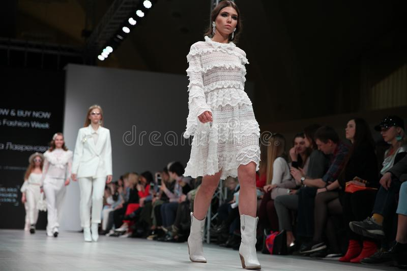 La Bielorussia, Minsk, 13 aprile, 2019 Progettisti bielorussi della sfilata di moda alla settimana bielorussa di modo immagini stock