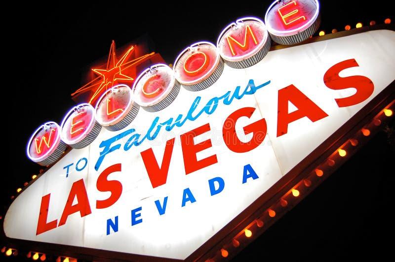 La bienvenue vers Las Vegas signent dedans des lumières la nuit. photographie stock libre de droits