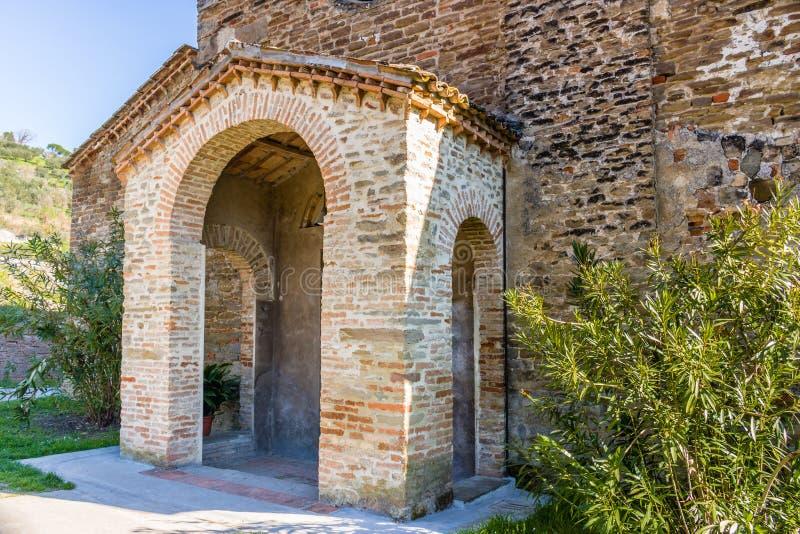 La bigoterie évocatrice de l'église romane italienne image stock