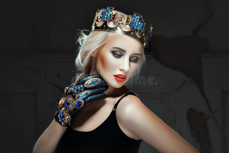 La bionda con la corona la sua testa e prepara il suo fronte immagini stock libere da diritti