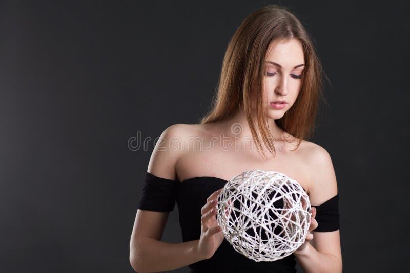 La bionda tiene una sfera bianca fotografia stock