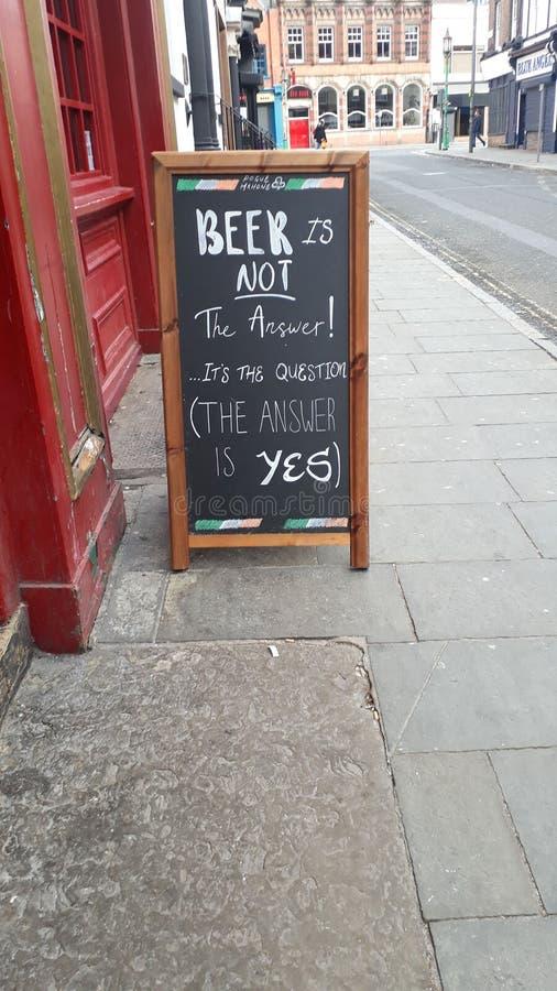 La birra è la risposta fotografia stock