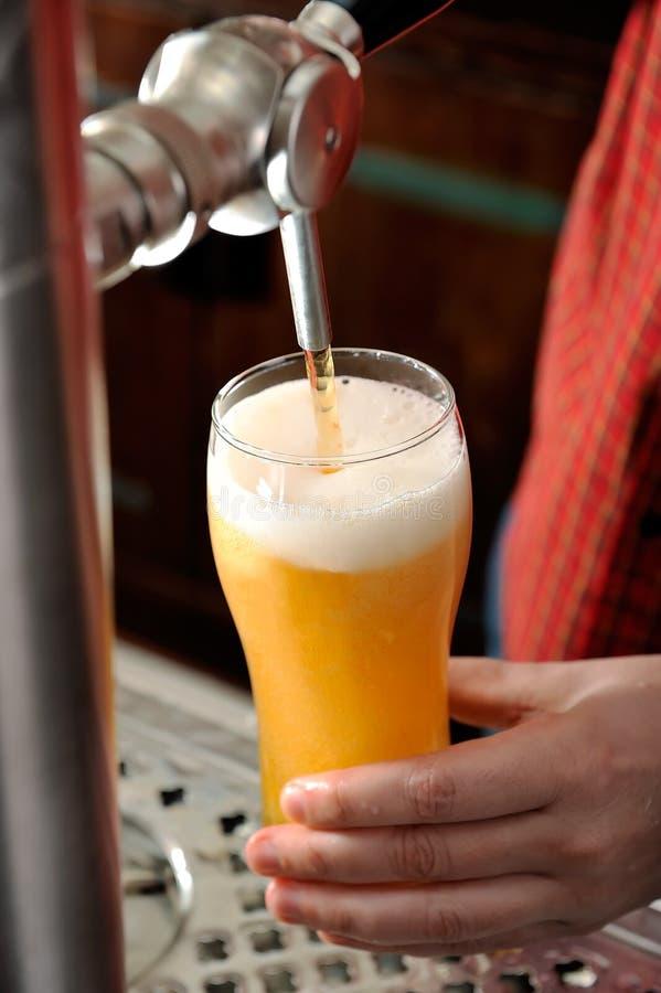 La birra versa fotografia stock libera da diritti