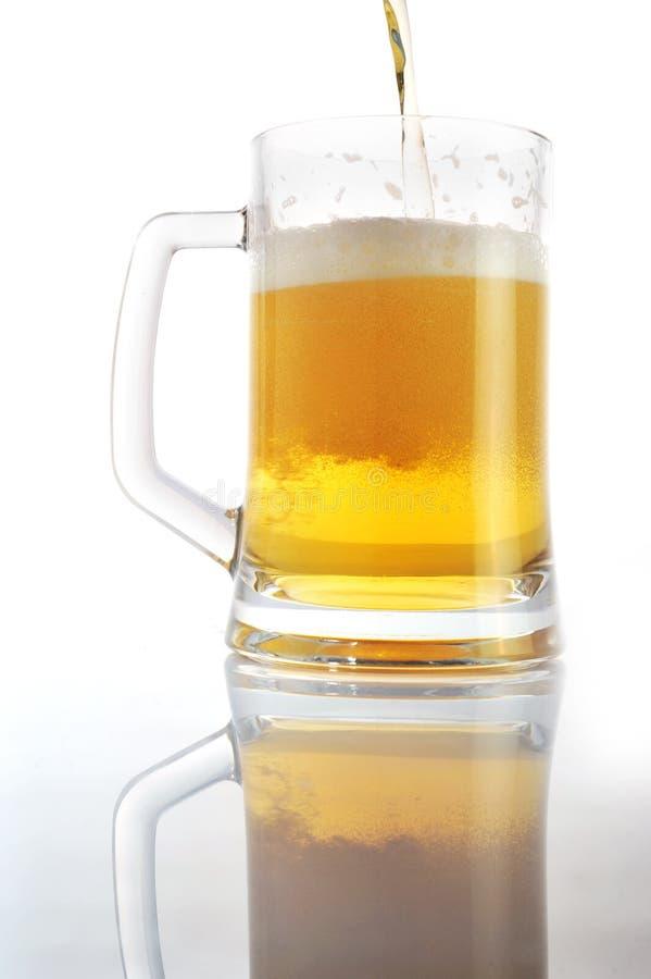 La birra versa dentro il vetro fotografia stock