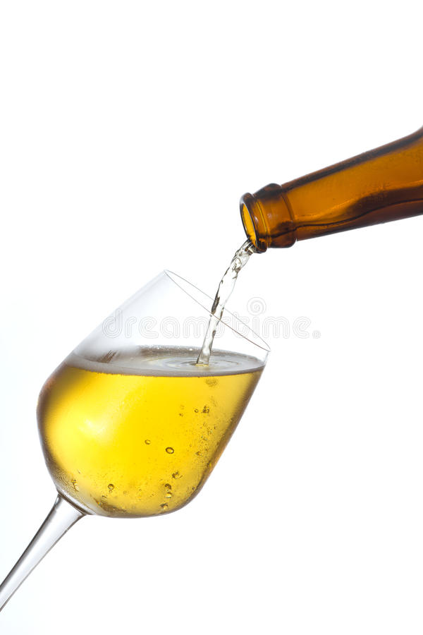 La birra versa dentro un vetro.