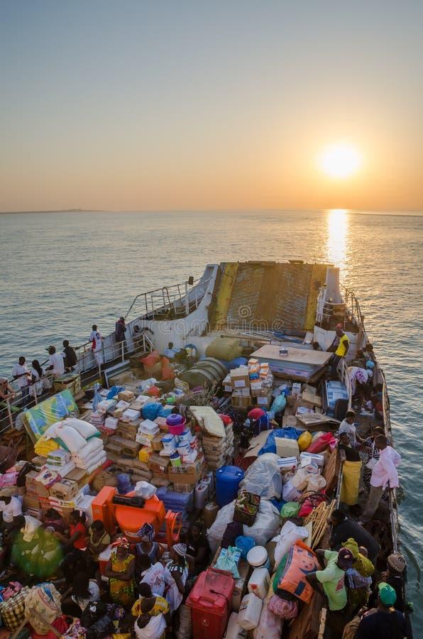 La Bissau, Guinea-Bissau - 6 dicembre 2013: Il vecchio traghetto ha caricato molto sul viaggio a Bubaque dalla Bissau, isole di B immagine stock libera da diritti