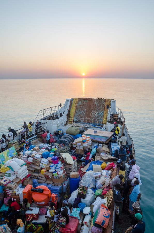 La Bissau, Guinea-Bissau - 6 dicembre 2013: Il vecchio traghetto ha caricato molto sul viaggio a Bubaque dalla Bissau, isole di B fotografia stock