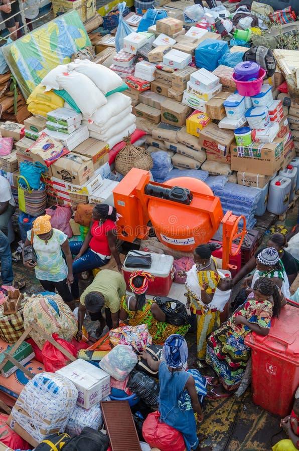 La Bissau, Guinea-Bissau - 6 dicembre 2013: Il vecchio traghetto ha caricato molto sul viaggio a Bubaque dalla Bissau, isole di B immagini stock