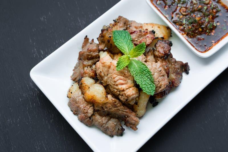 La bistecca arrostita mangia con la salsa tailandese piccante di stile fotografie stock