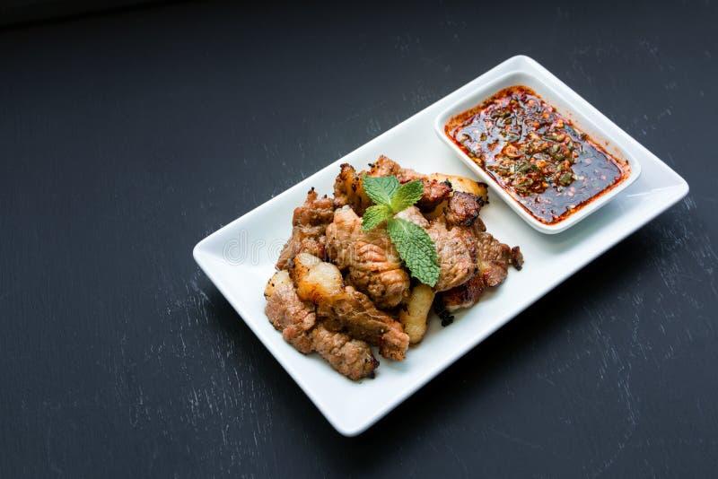 La bistecca arrostita mangia con la salsa tailandese piccante di stile fotografie stock libere da diritti