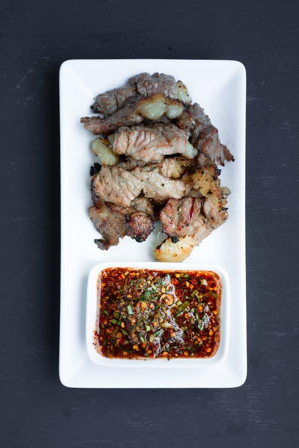 La bistecca arrostita mangia con la salsa tailandese piccante di stile immagini stock