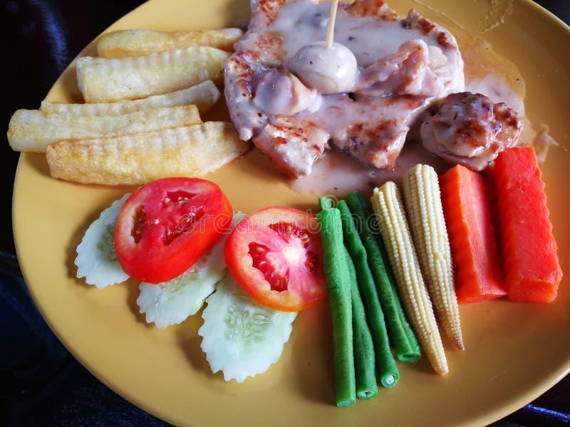 la bistecca di braciola del manzo e di maiale del pesce dello snapper grigliata con la patata del pane del burro ha fritto e di v fotografie stock