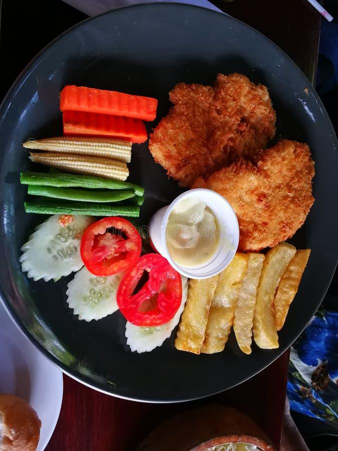 la bistecca di braciola del manzo e di maiale del pesce dello snapper grigliata con la patata del pane del burro ha fritto e di v fotografia stock libera da diritti