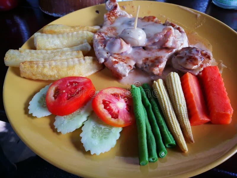 la bistecca di braciola del manzo e di maiale del pesce dello snapper grigliata con la patata del pane del burro ha fritto e di v immagini stock libere da diritti