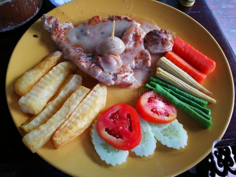 la bistecca di braciola del manzo e di maiale del pesce dello snapper grigliata con la patata del pane del burro ha fritto e di v immagini stock