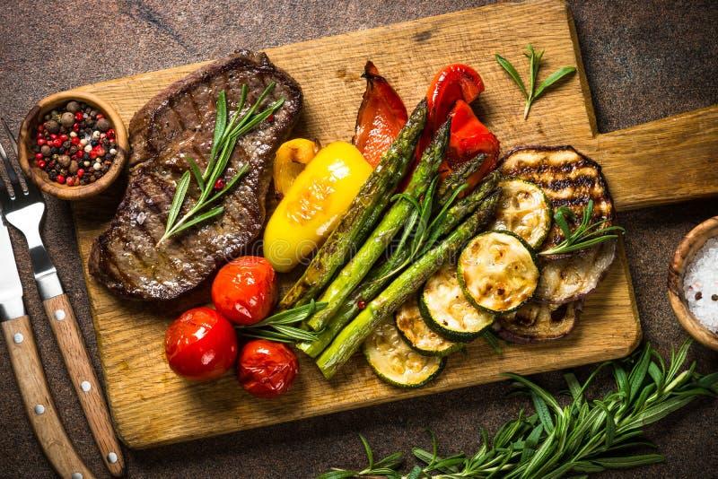 La bistecca di manzo ha grigliato con le verdure sul tagliere fotografia stock libera da diritti