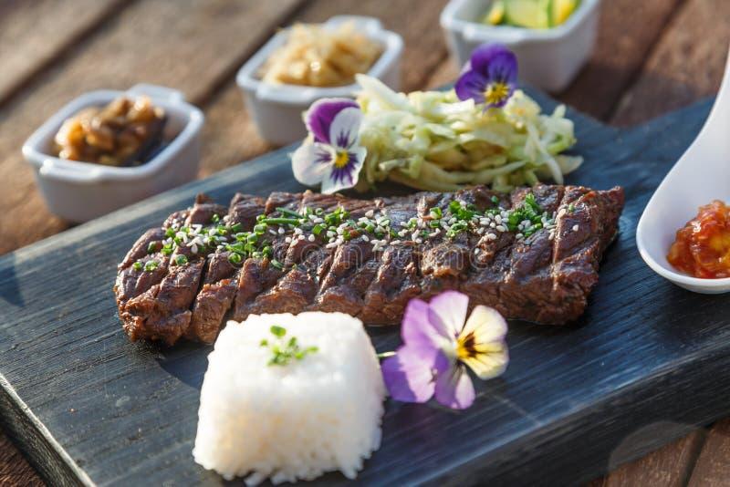 La bistecca di manzo ha grigliato nello stile coreano con il kimchi ed ha marinato le verdure fotografie stock libere da diritti