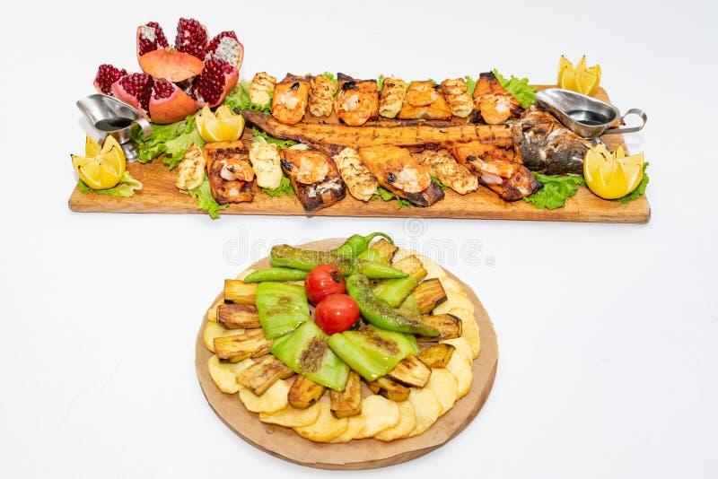 La bistecca ha grigliato il salmone con le verdure su un piatto immagini stock libere da diritti