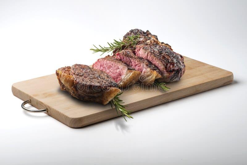 La bistecca nella lombata di Fiorentina ha tagliato sul tagliere di legno rettangolare fotografia stock