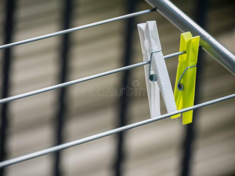 La blanchisserie en plastique colorée accroche avec le fond brouillé photo stock