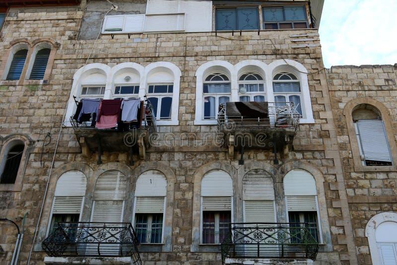 La blanchisserie est lavée sur le balcon images stock