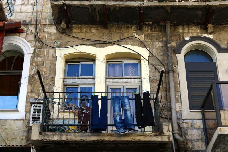 La blanchisserie est lavée sur le balcon images libres de droits