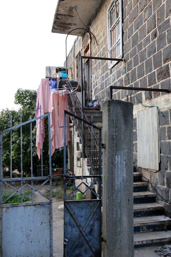 La blanchisserie est lavée sur le balcon photos stock