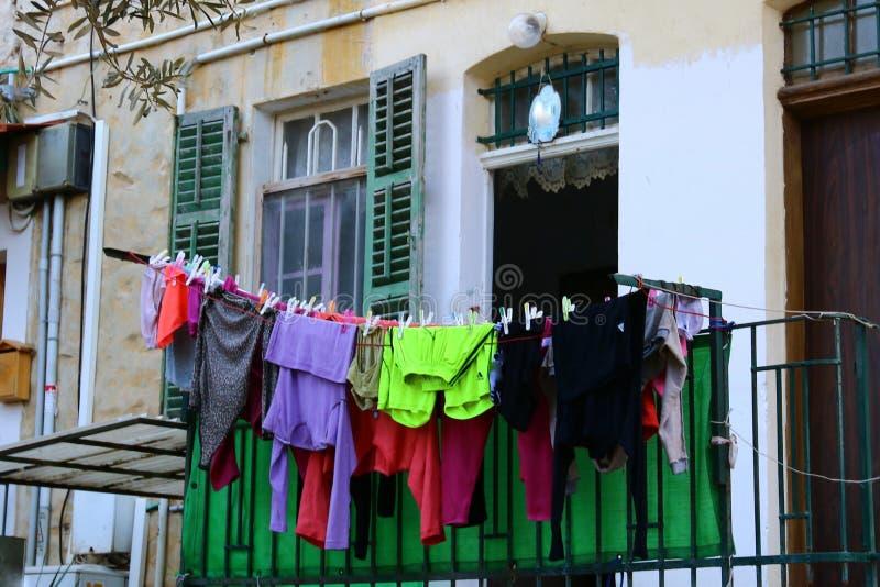 La blanchisserie est lavée sur le balcon image stock