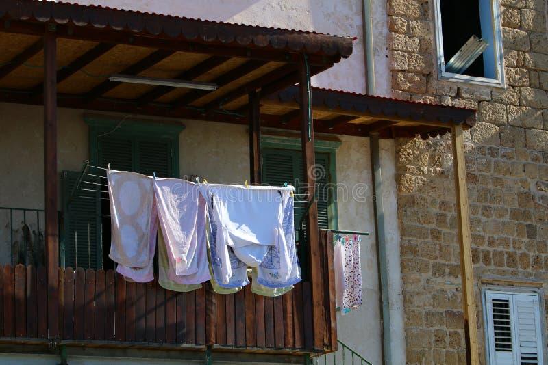 La blanchisserie est lavée sur le balcon photographie stock libre de droits