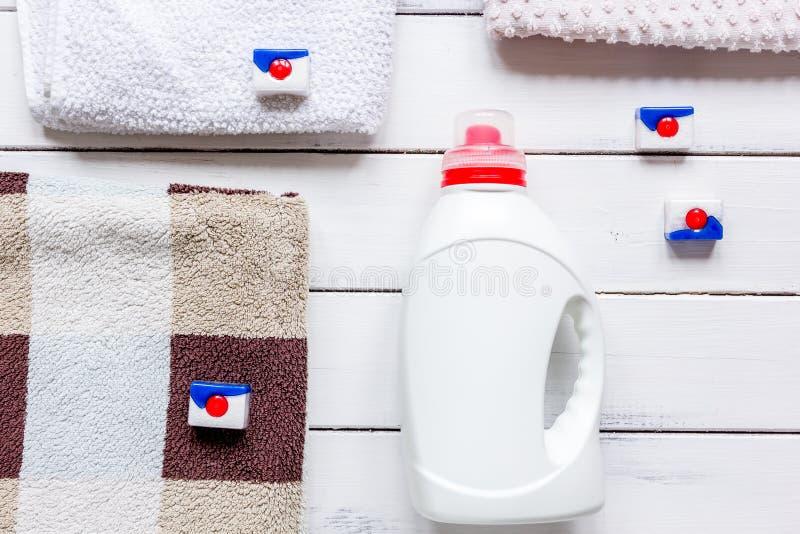 La blanchisserie a placé avec les serviettes et le bottel en plastique sur la vue supérieure de fond blanc photo libre de droits
