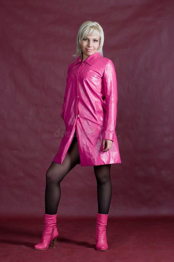La blonde dans des vêtements roses photographie stock