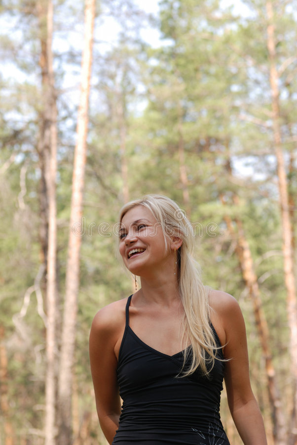 La blonde de fille dans la forêt image stock