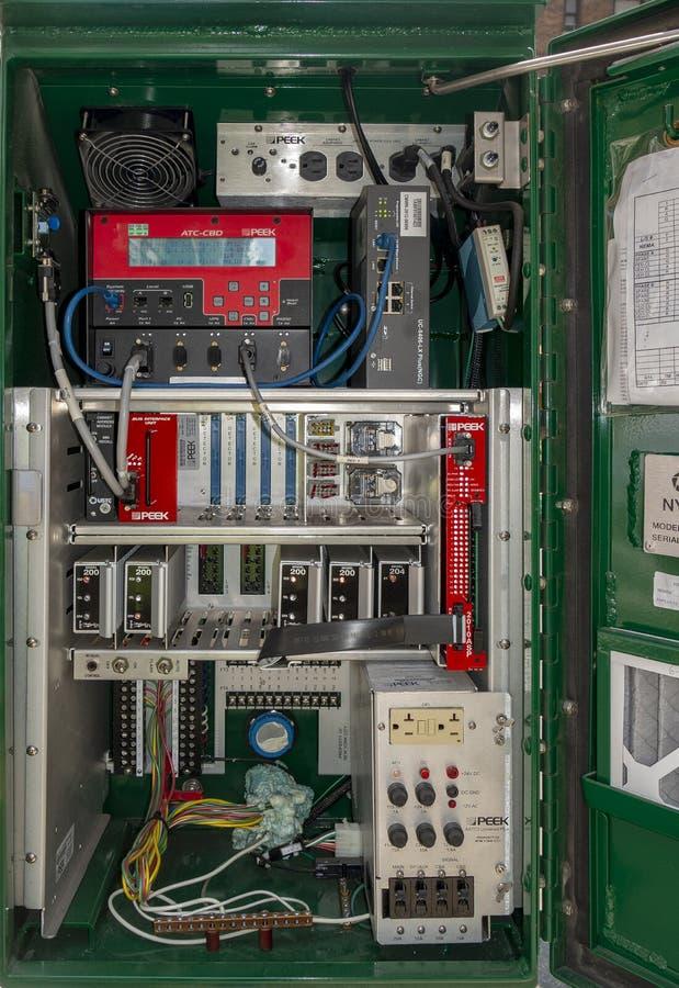 La boîte électrique de contrôleur de boîte de réverbères s'est ouverte avec tout dur photographie stock libre de droits