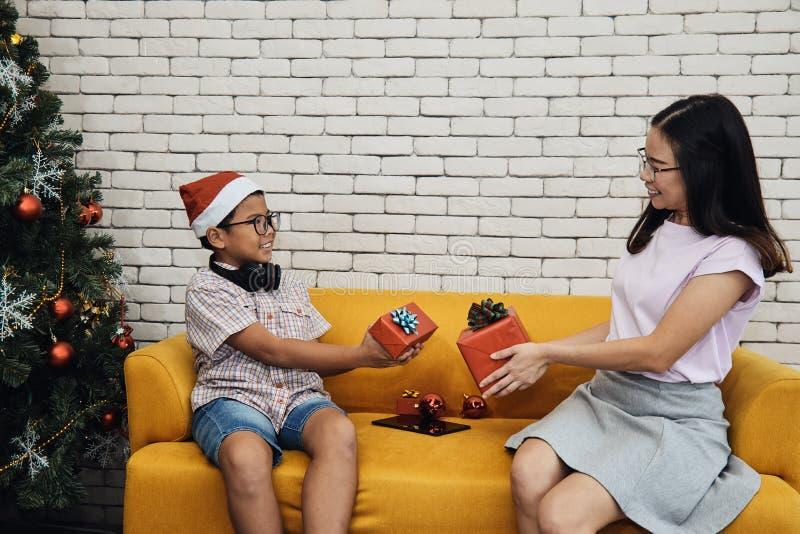 La boîte actuelle d'échange de soeur et de jeune frère après chanceux réunit image libre de droits