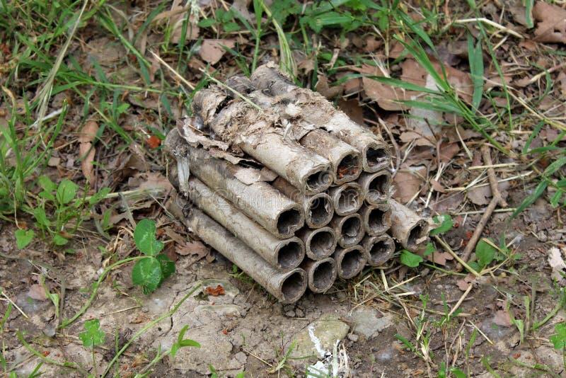 La boîte amateur de feux d'artifice de pyrotechnie avec seize tirs a jeté dans l'après utilisation de nature images stock