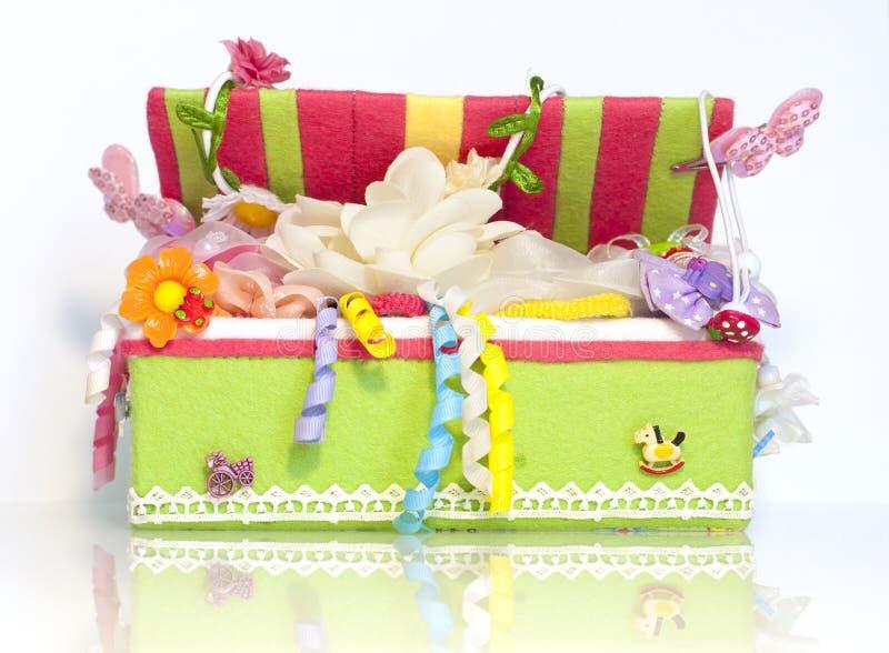 La boîte avec des accessoires d'enfant images libres de droits