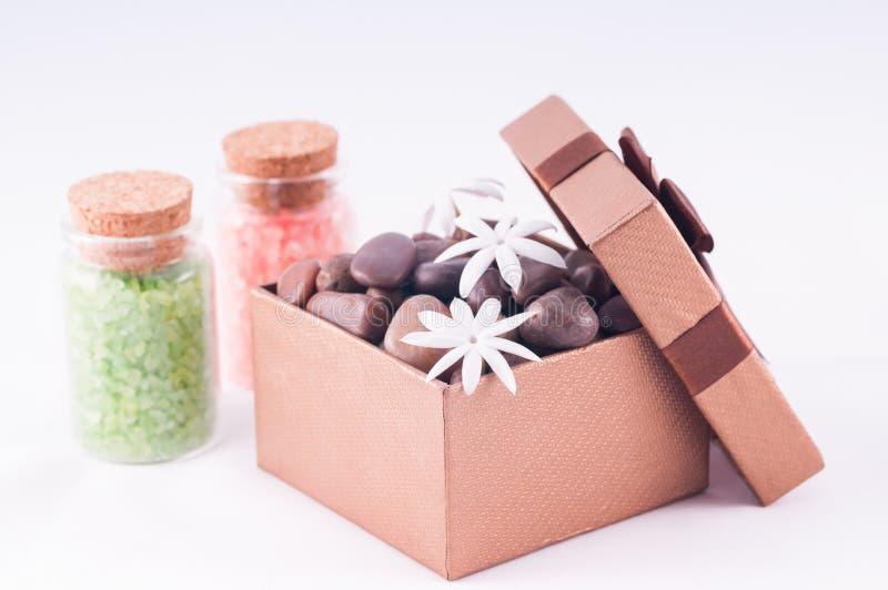 La boîte-cadeau en bronze de santé avec des sels de bain se ferment vers le haut image libre de droits