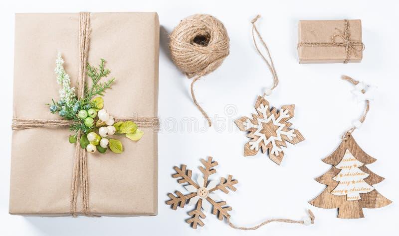 La boîte de cadeaux chique de Noël présente en papier brun avec les jouets et le décor de nouvelle année images libres de droits
