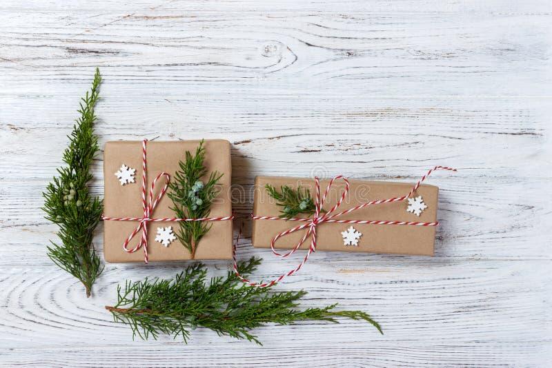 La boîte de cadeaux chique de Noël présente sur le papier brun photo libre de droits