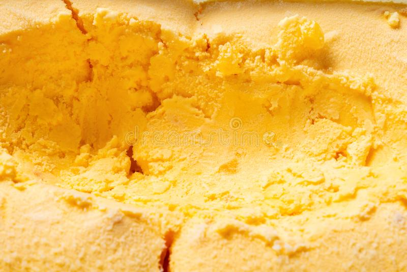 La boîte de crème glacée de saveur de mangue avec certains digged  images stock